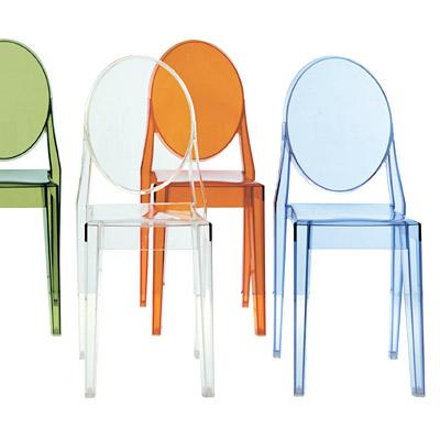 Przeźroczyste krzesła duch Victoria Ghost Chair  zaprojektowane przez Philippe Starck