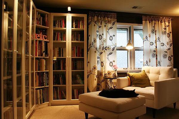 Oszklona domowa biblioteczka z oświetleniem
