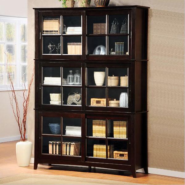 Oszklona drewniana biblioteczka do przechowywania drobiazgów