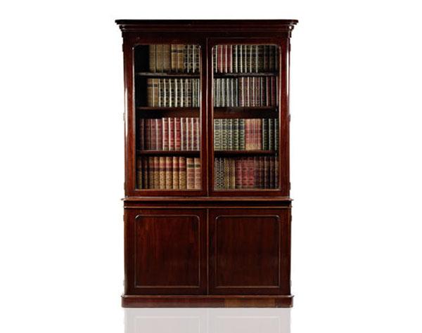 Klasyczna i elegancka oszklona biblioteczka na książki