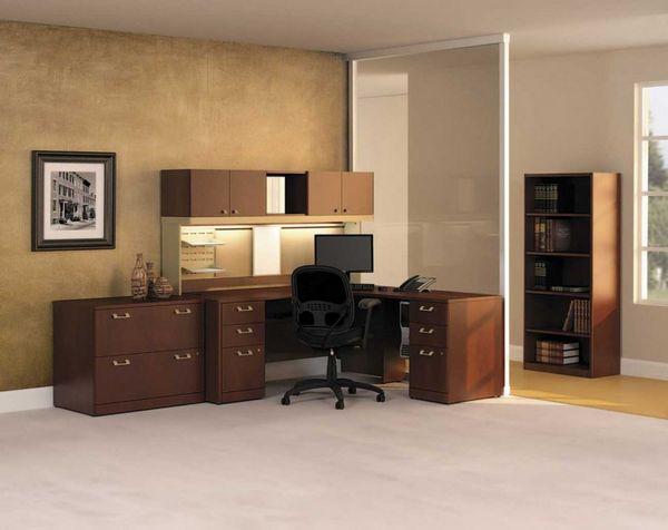 Klasyczna i elegancka, brązowa komoda biurowa z biurkiem i szafą