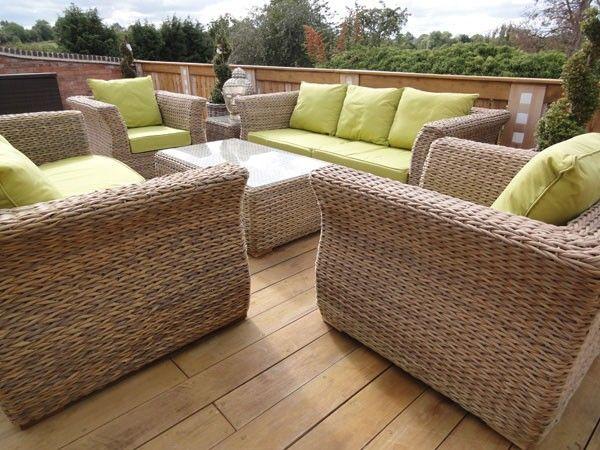 Rattanowe meble ogrodowe z zielonymi poduszkami