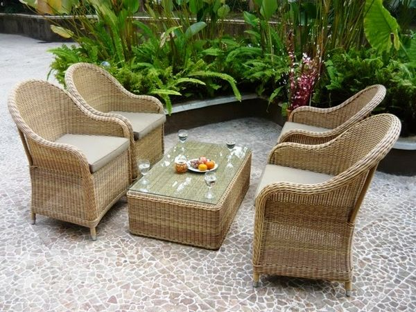 Rattan syntetyczny zbliżony wyglądem do naturalnego, fotele, stolik