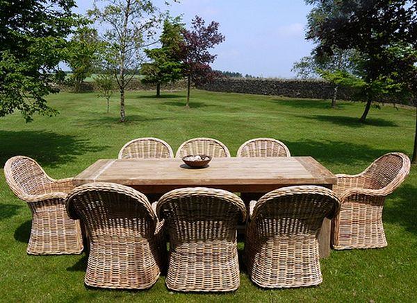 Rattanowe krzesła w sam raz na obiad lub grill w ogrodzie