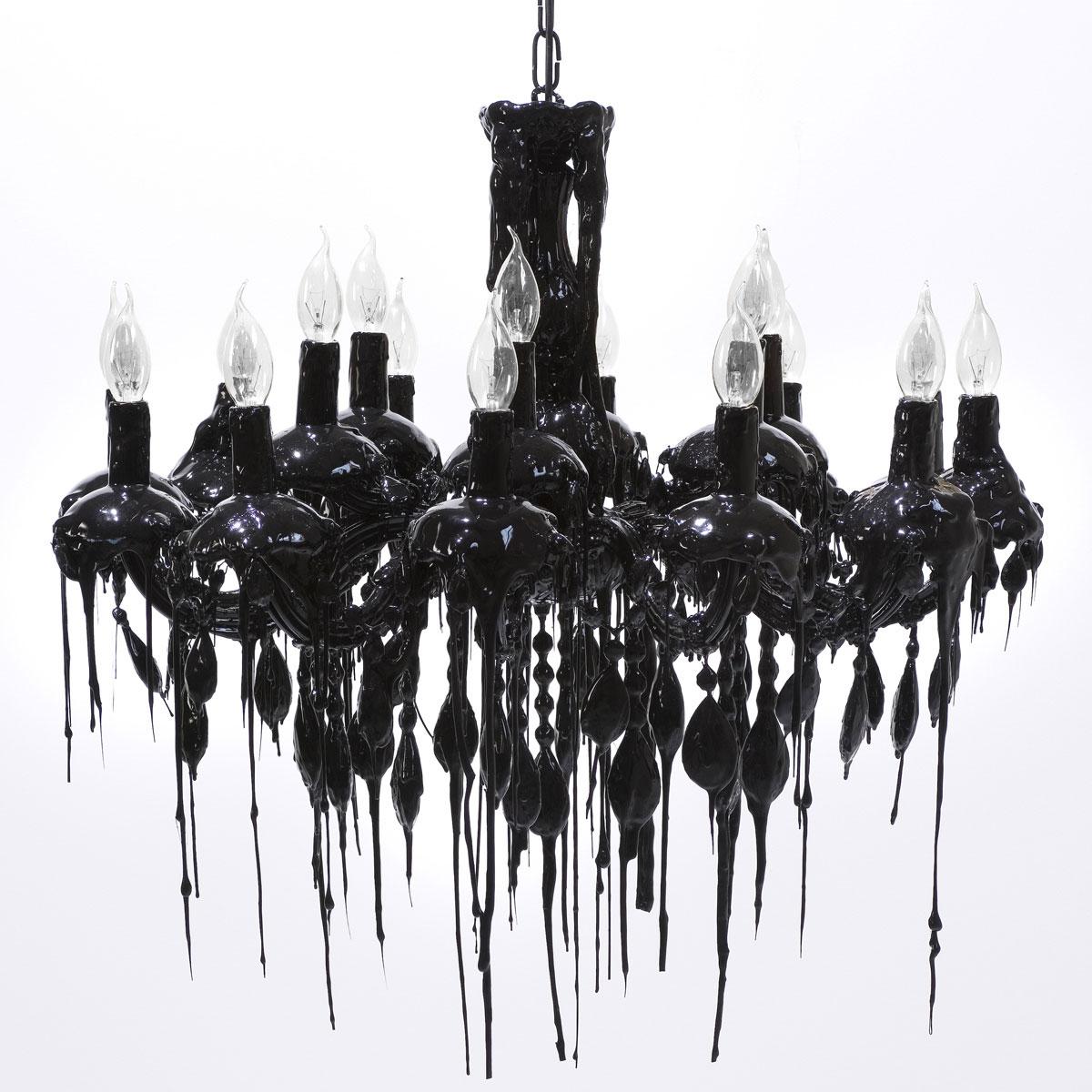 Czarny żyrandol ciekawy o ciekawym designie, imitującym świece i spływający wosk