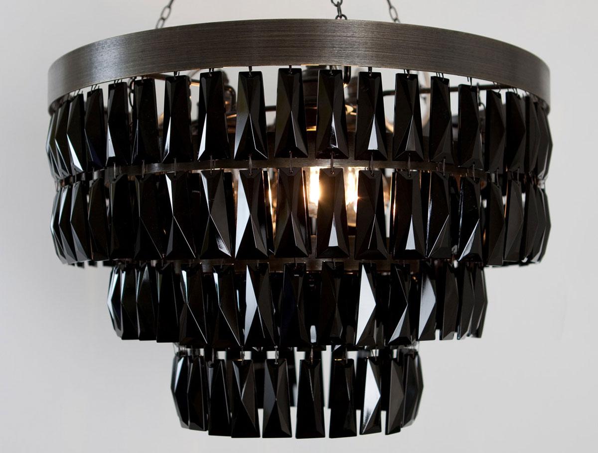 Czarny żyrandol krysztalowy o prostych nowoczesnych liniach, z metalową ramą i czarnymi kryształkami