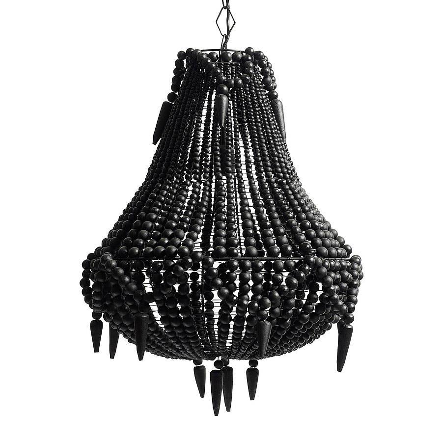 Duży, wiszący, metalowy żyrandol wykończony czarnymi, drewnianymi koralikami