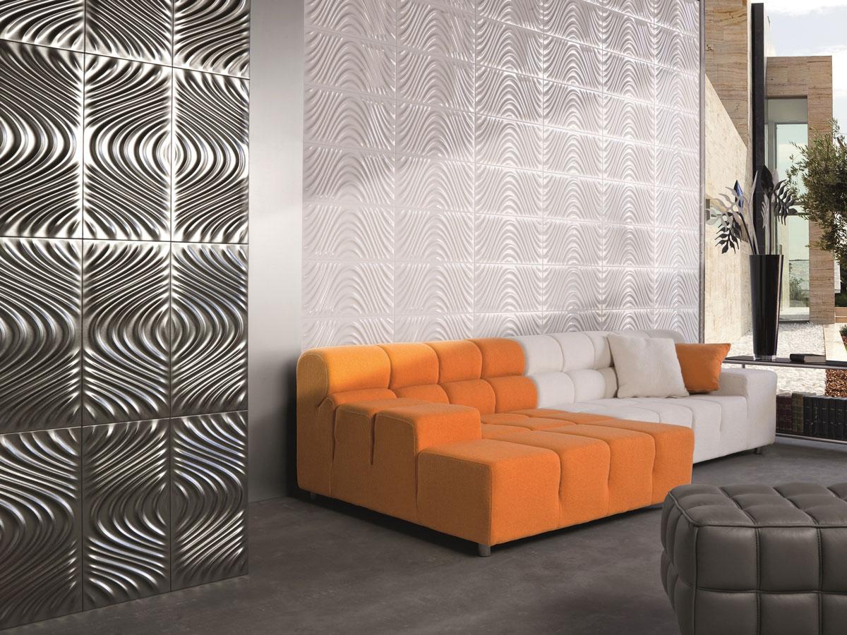 Faliste, białe i srebrne ceramiczne płyty dekoracyjne na ścianie w salonie