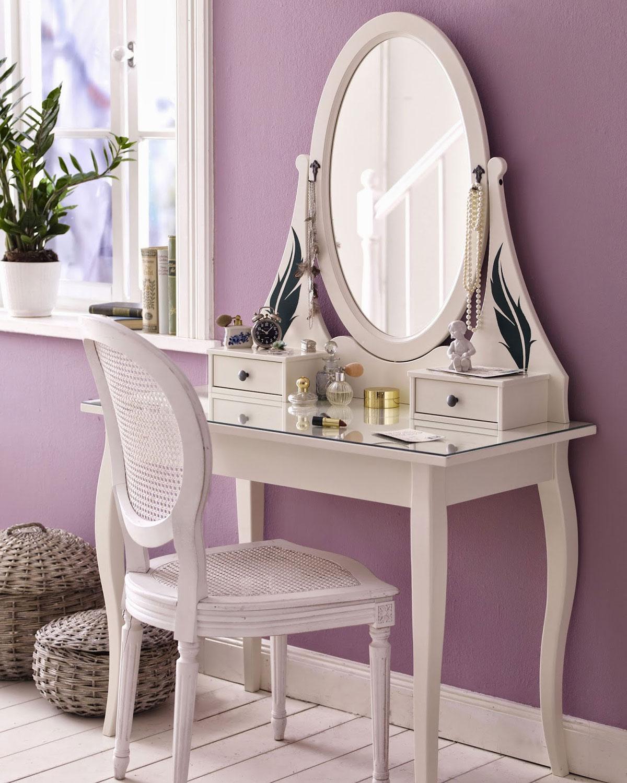 Biała toaletka z lustrem i bielonym krzesłem