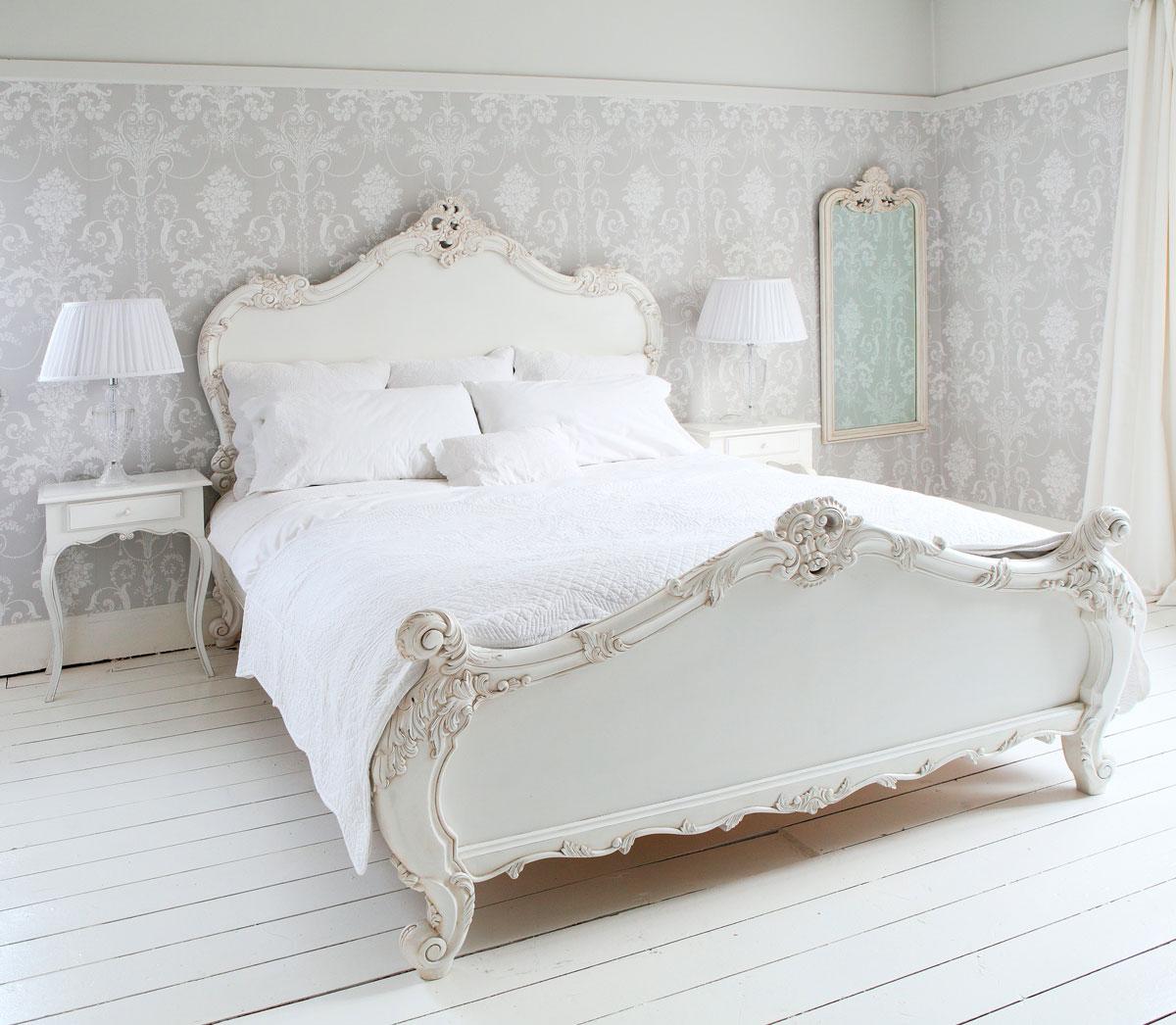 Białe prowansalskie łóżko i szafki nocne we francuskiej sypialni