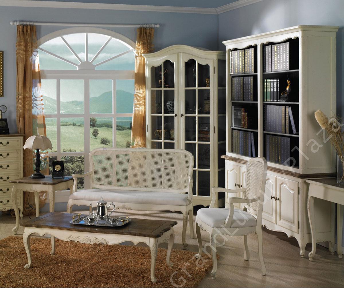 Białe, przecierane meble w salonie: stoliki, ławka, witryna, biblioteczka z widokiem na prowansalskie wzgórza