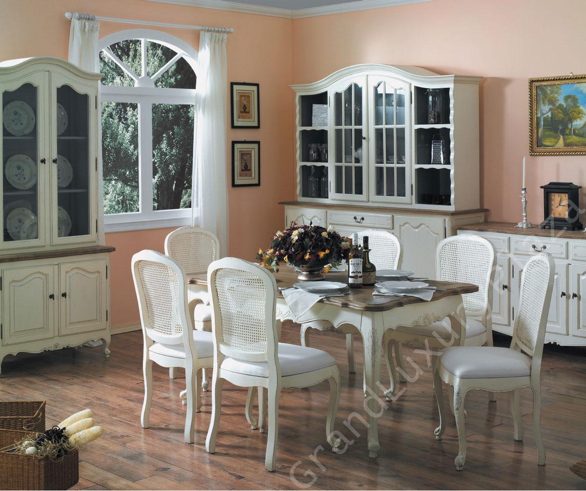 Meble prowansalskie do pokoju dziennego w rustykalnym, wiejskim stylu: stół z białymi krzesłami, oszklony kredens oraz komoda z szufladami i szafkami