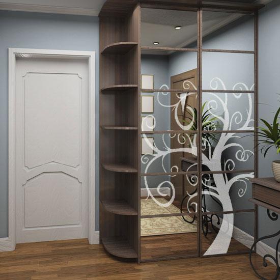 Naklejka dekoracyjna z motywem drzewa, przyklejona na lustrzanych drzwiczkach szafy