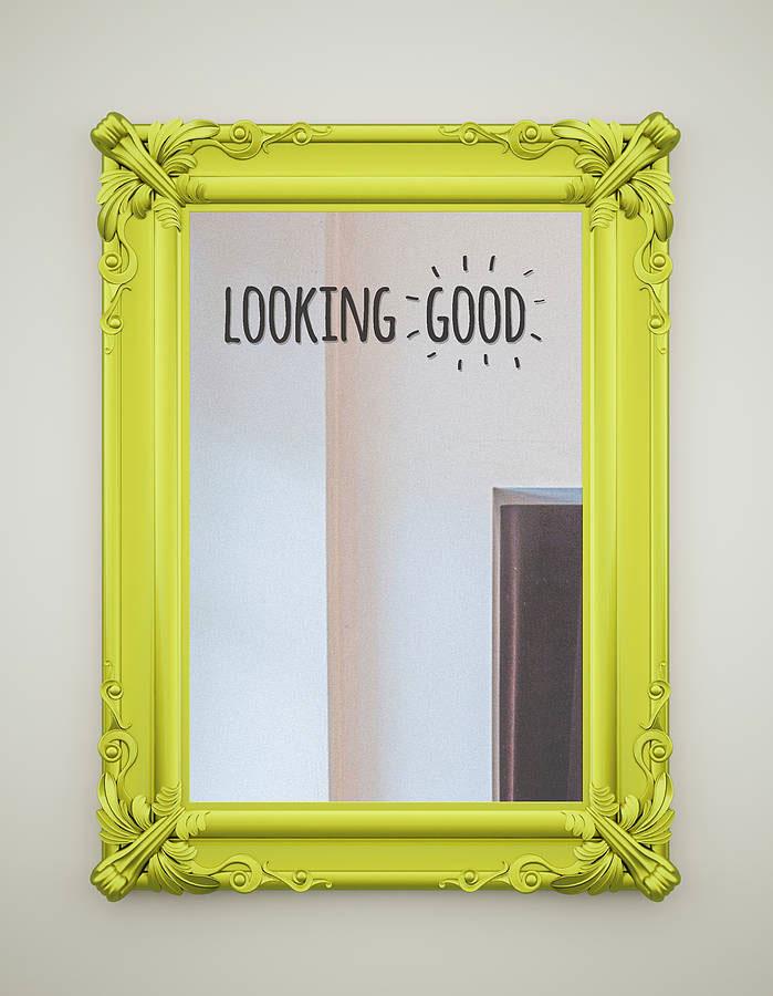 """Ozdoba na lustro w formie naklejki z komplementem """"LOOKING GOOD"""""""