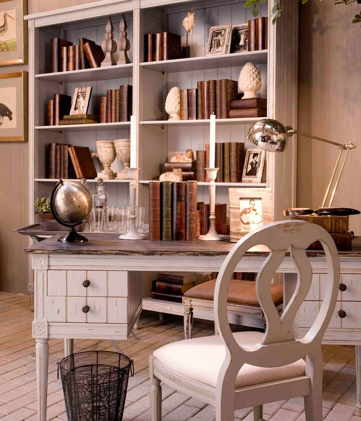 Postarzane, bielone, woskowane biurko z przecieranym blatem i złoceniami oraz biblioteczka w ponadczasowym gabinecie