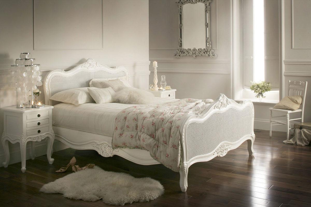 Ręcznie zdobione białe łóżko we francuskim, prowansalskim stylu vintage z drewnianą ramą i rattanowymi elemantami