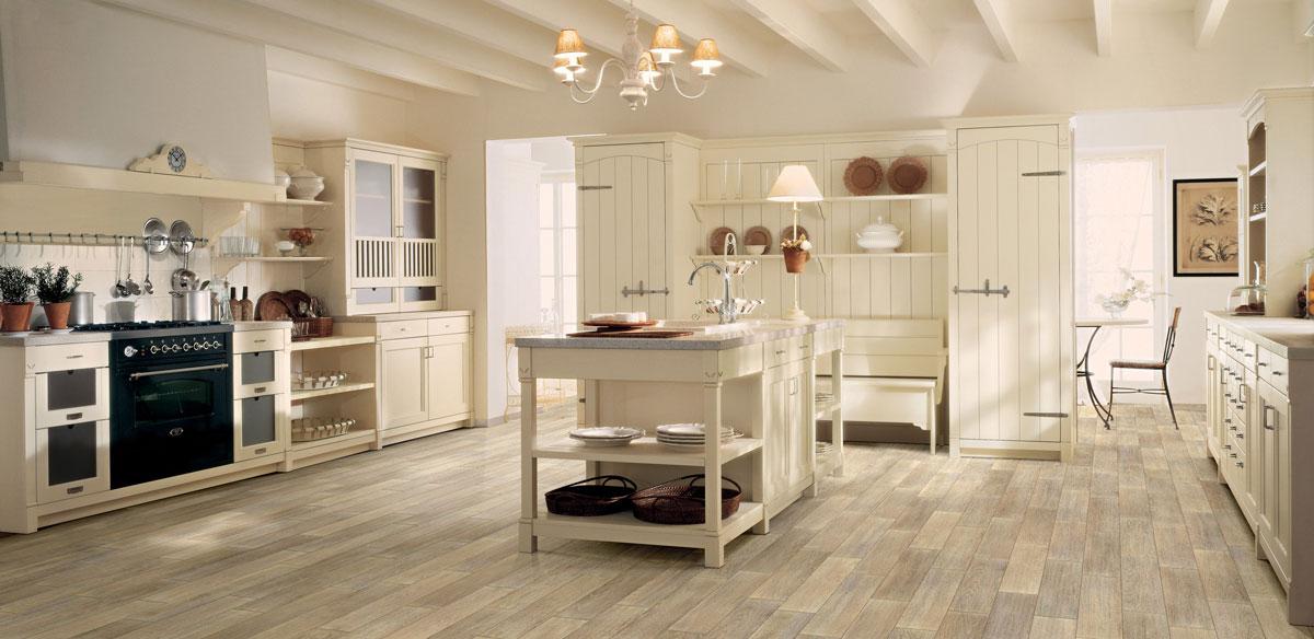 Duża rustykalna kuchnia w jasnych, ciepłych kolorach