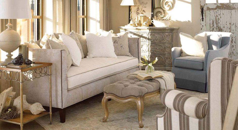 Słoneczny, luksusowy kącik wypoczynkowy z przecieranymi meblami oraz dodatkami w stylu prowansalskim