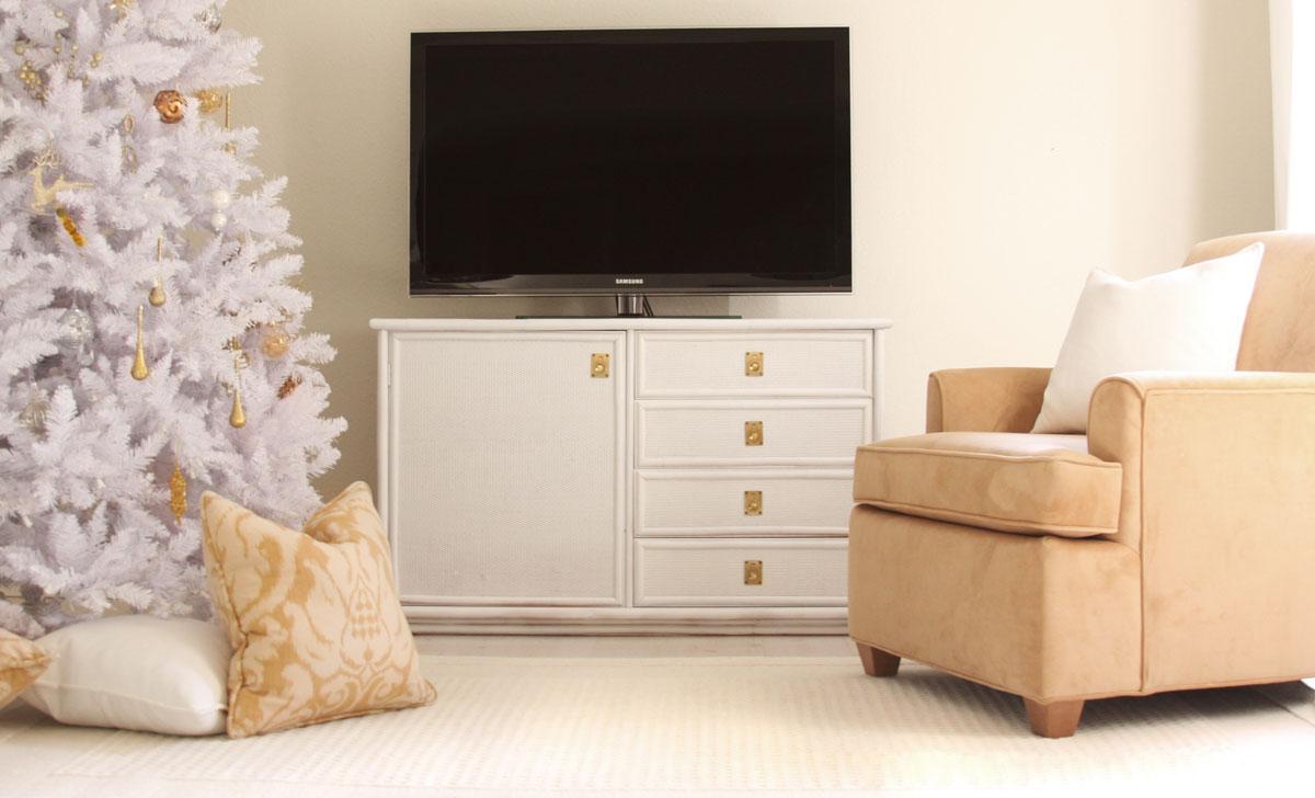 Biało-złota choinka - dobry przykład jak ubrać choinkę nowocześnie i gustownie