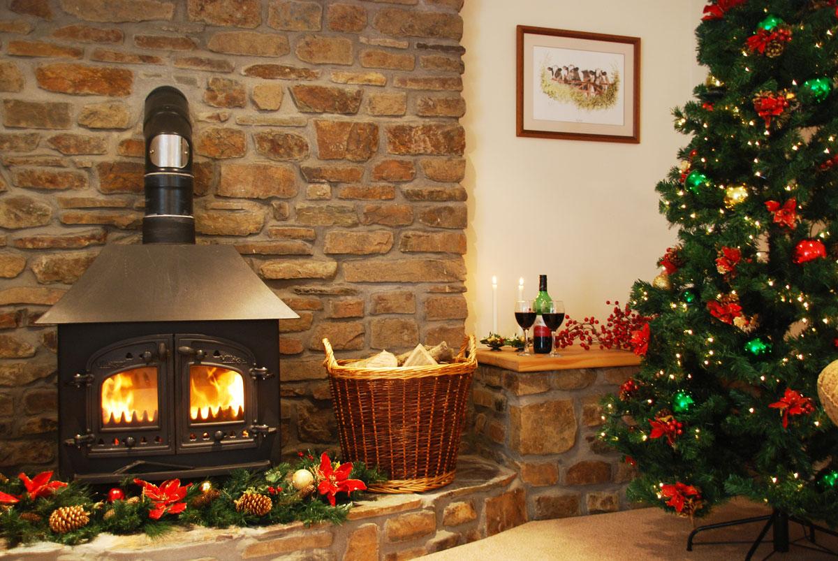 Dekoracje świąteczne na Boże Narodzenie: tradycyjne oświetlenie i ozdoby choinkowe, przystrojony gałązkami i szyszkami kominek