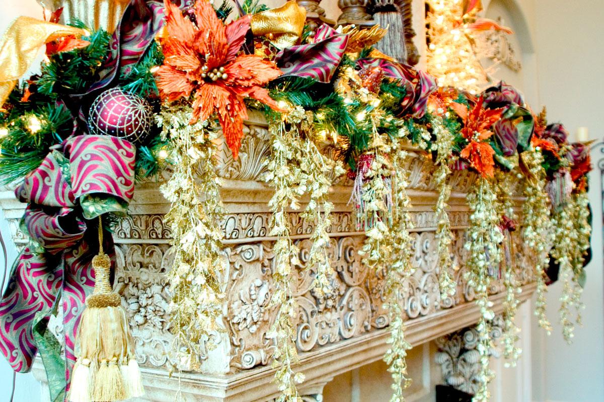 Strojne dekoracje świąteczne z wykorzystaniem gałązek choinkowych, motywów roślinnych i kwiatowych. Dodatkowo wstążki, bombki i światełka.