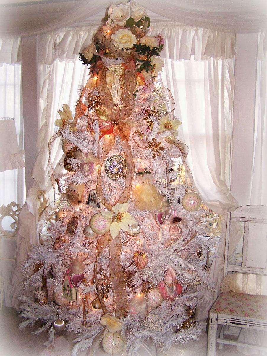Duża, ubrana na bogato piękna choinka ze światełkami. Liczne ozdoby świąteczne w odcieniach złota i ecru.