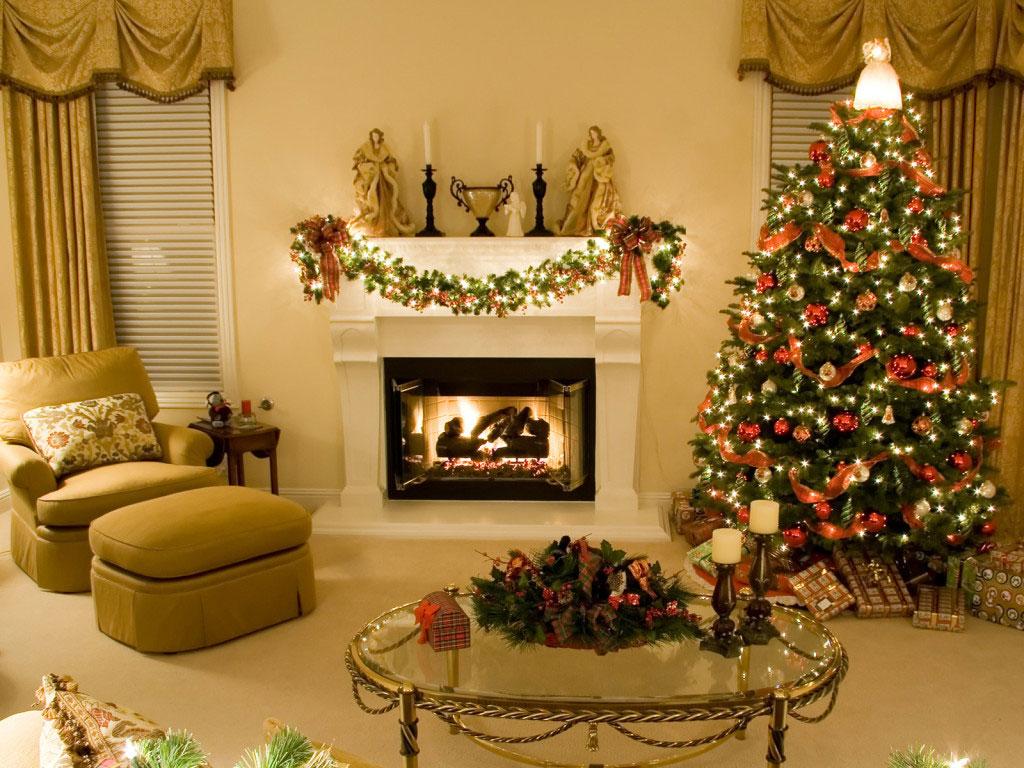 Elegancka, harmonijna i modna choinka świąteczna ubrana w czerwone bombki i łańcuch