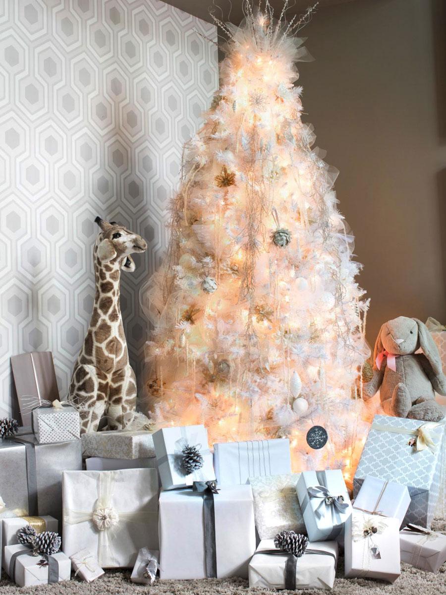 Inspiracja na Boże Narodzenie: białe dekoracje na choinkę z lampkami, biały tiul i prezenty