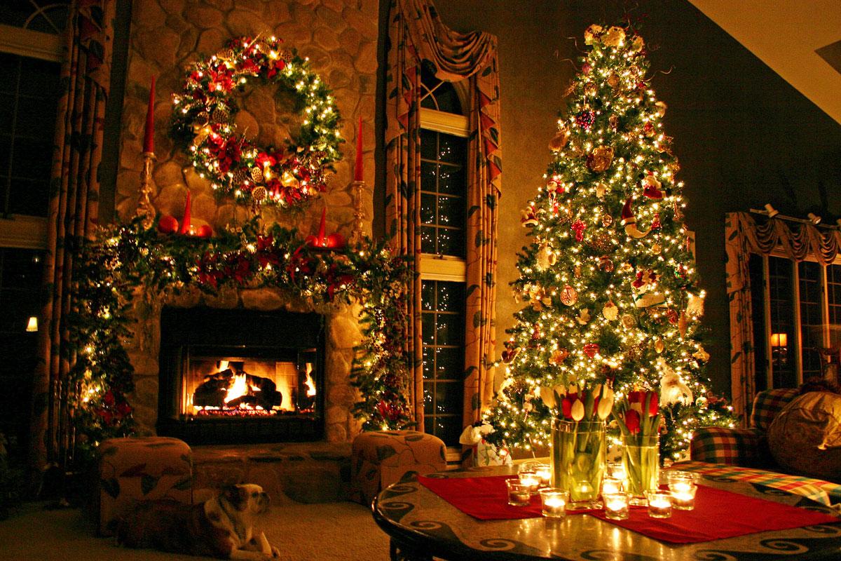 Magiczna, pięknie ubrana choinka z lampkami, światełkami oraz inne dekoracje świąteczne w salonie z kominkiem
