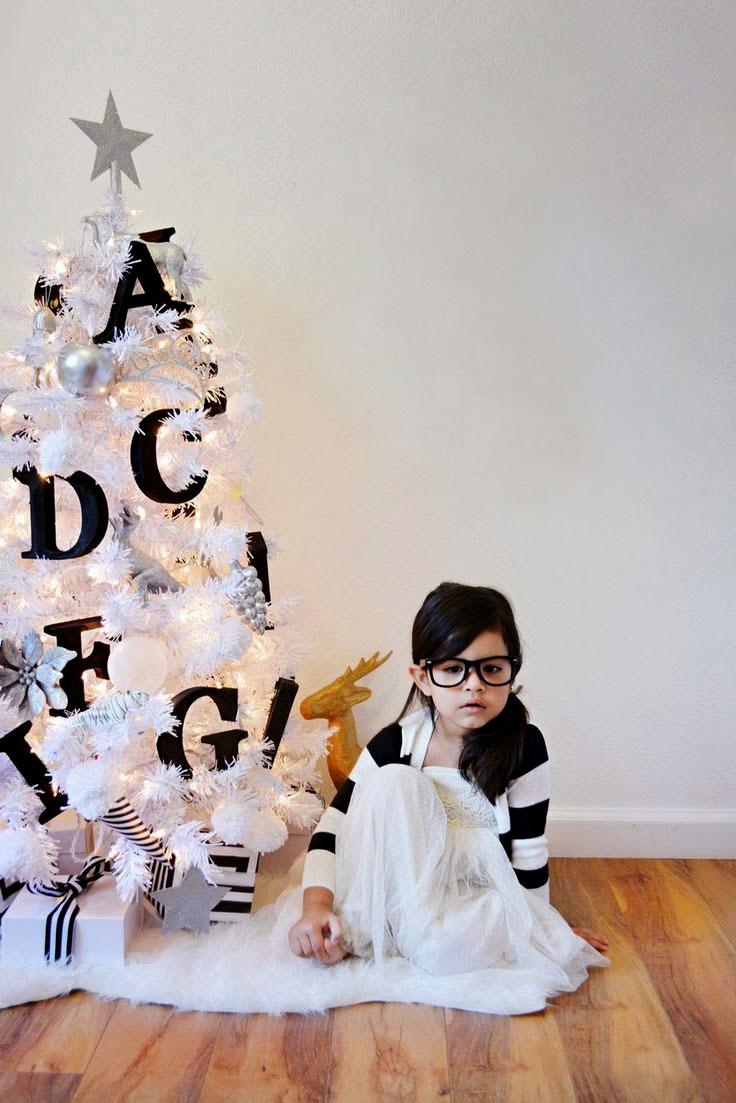 Mała biało-srebrno-czarna choinka do pokoju dziecięcego, ustrojona literkami