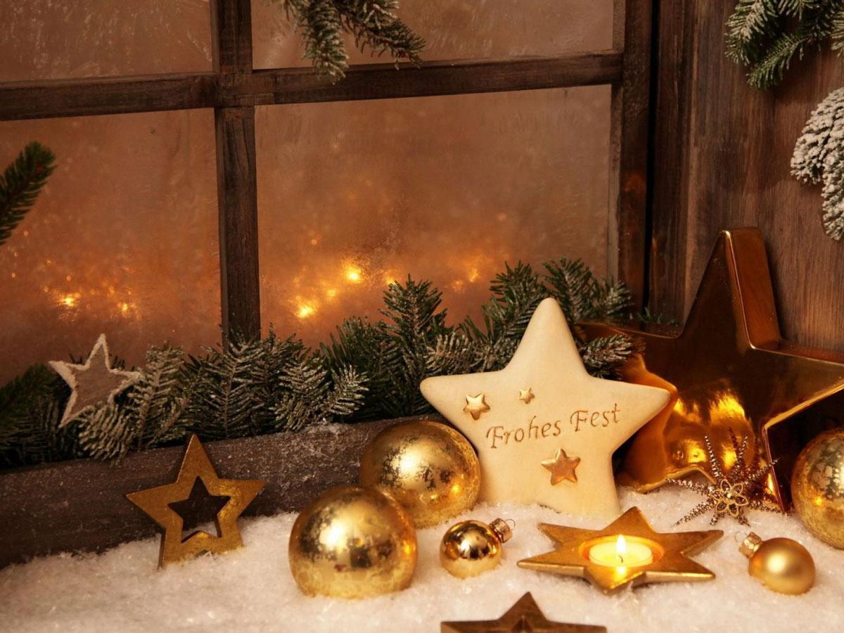 Ozdoby świąteczne na okno i parapet: złote bombki, malowane gwiazdki i świeczki na sztucznym śniegu