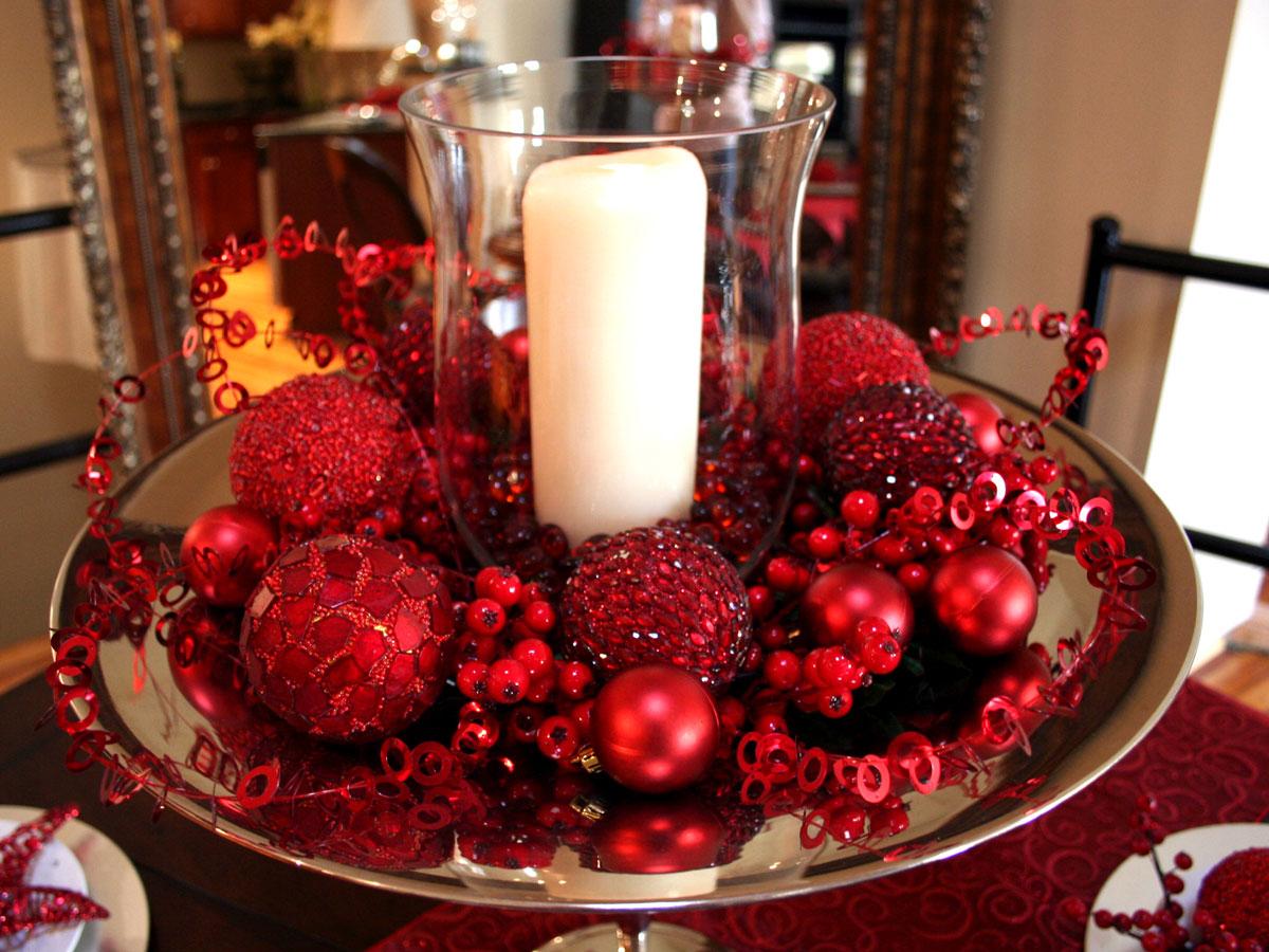 Pomysł na ozdoby świąteczne: oryginalny stroik zaprojektowany przez Kathryn Koch, biała świeca i czerwone akcesoria dekoracyjne