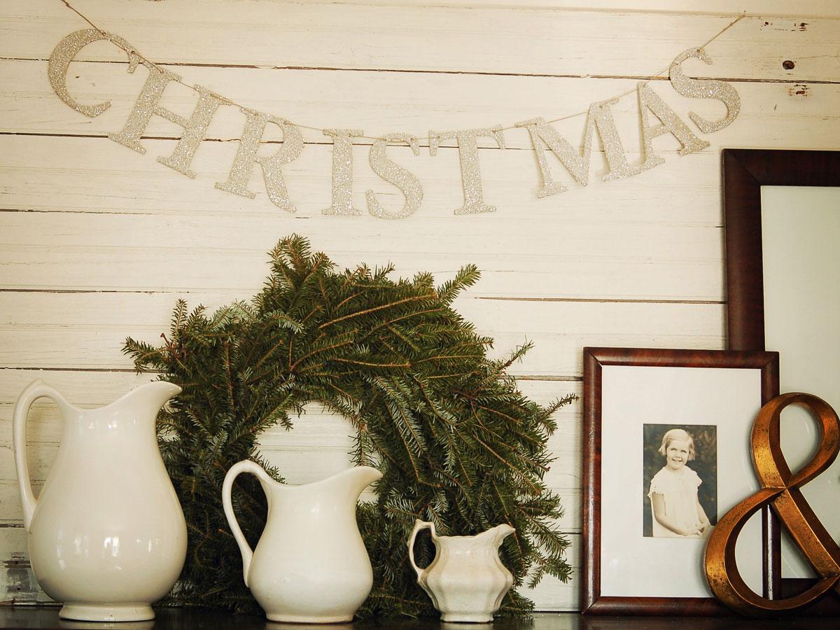Pomysły na proste, domowe, ręcznie robione dekoracje świąteczne : wieniec z gałązek choinkowych i srebrny napis z papieru