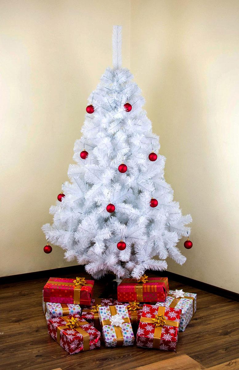 Prosta, minimalistyczna biała choinka udekorowana czerwonymi bombkami i prezentami
