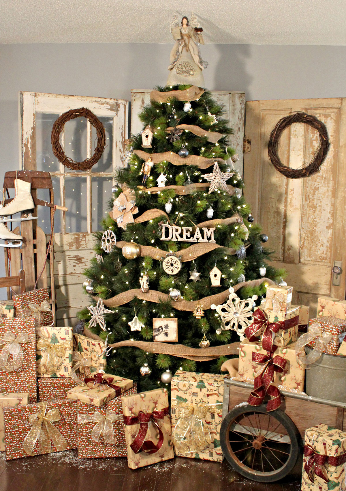 Rustykalna dekoracja choinki czyli drzewko świąteczne w stylu vintage oraz naturalne, ekologiczne, drewniane ozdoby choinkowe