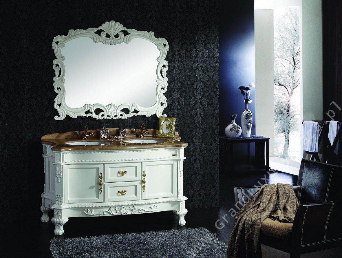 Stylowe białe meble w czarnej łazience: piękna, rzeźbiona komoda łazienkowa z marmurowym blatem na dwie umywalki i duże zdobione lustro. Na podłodze szary dywanik z długim włosiem.