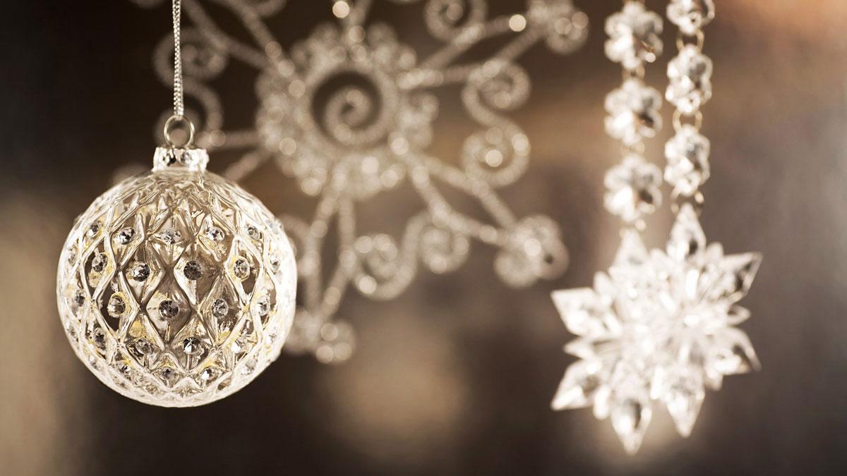 Połyskujące świąteczne ozdoby, bombki choinkowe