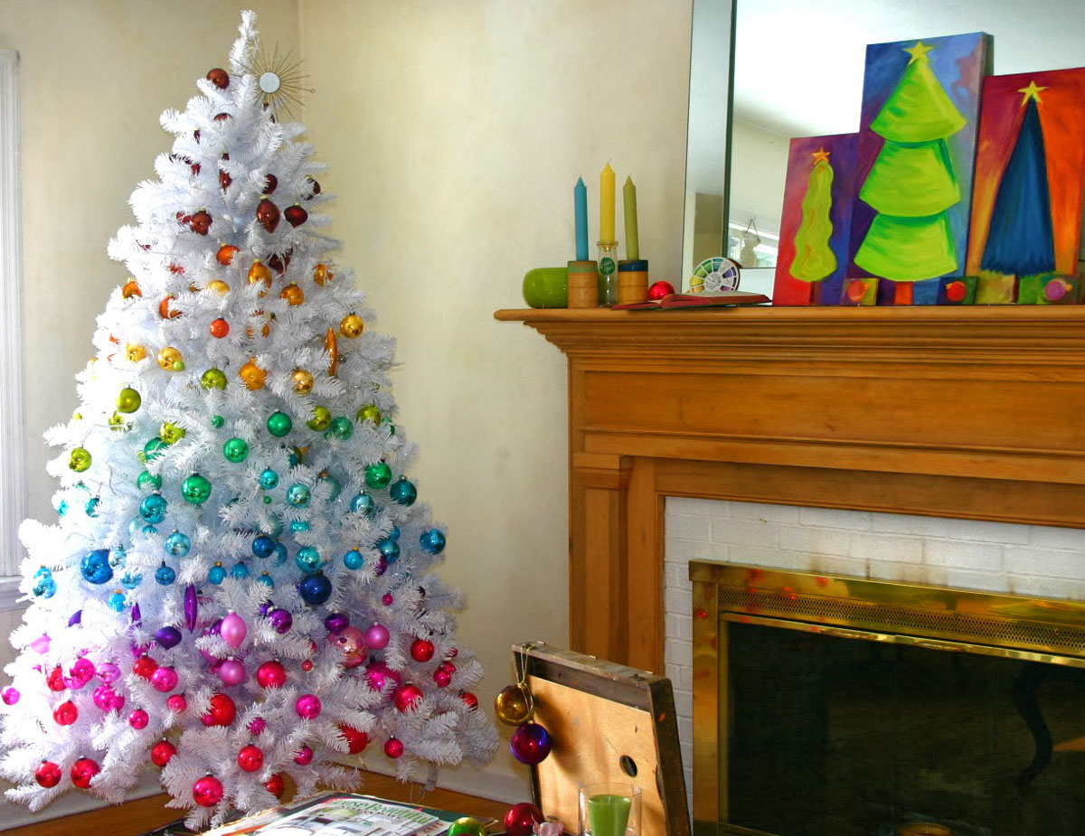 Świątecznie ubrana biała choinka i jej wesołe kolorowe bombki w barwach tęczy