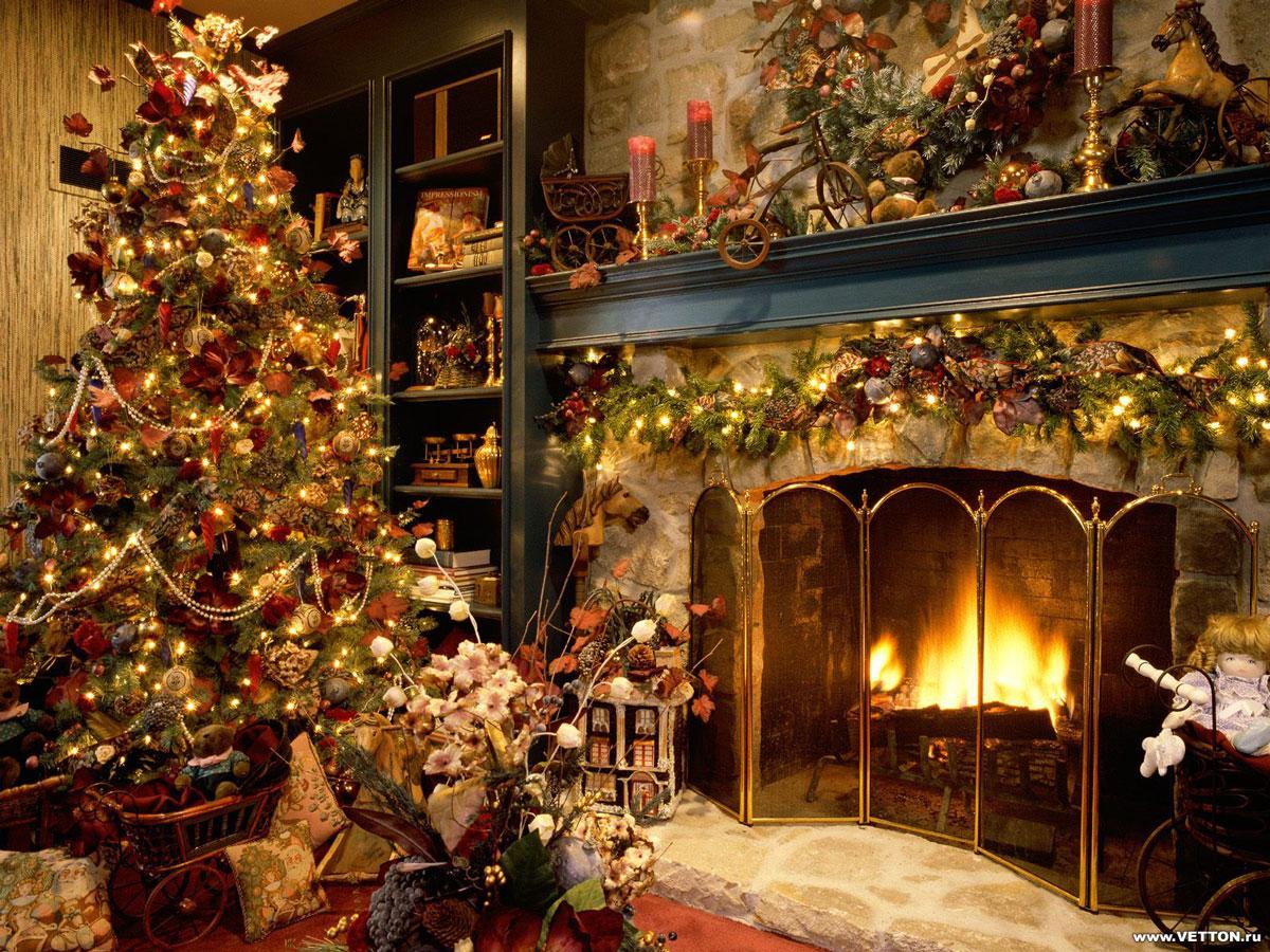 Symbol świąt Bożego Narodzenia: żywa, klasyczna, tradycyjna choinka, starodawne ozdoby i kominek