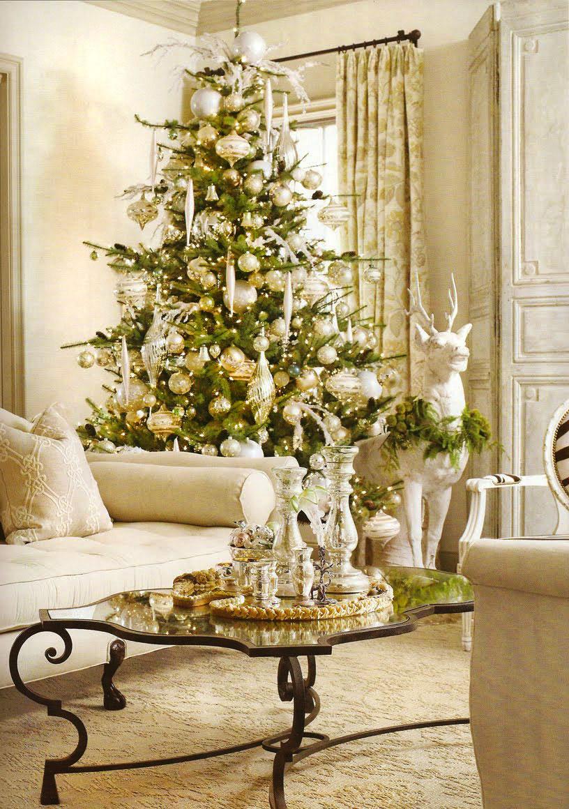 Złote i białe dekoracje na choinkę ozdobioną w nowoczesnym stylu