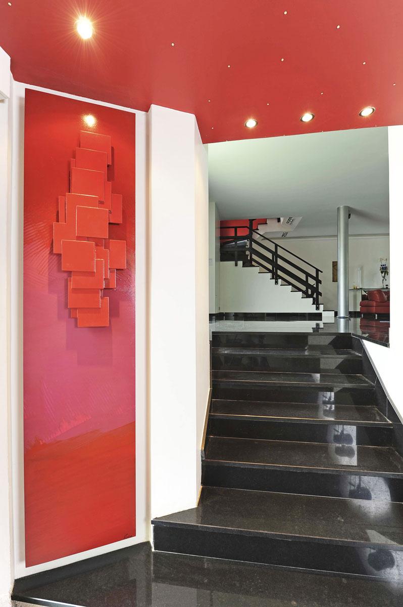 Czerwony, pokojowy, ścienny grzejnik ozdobny, dekoracyjny SCULPTURAL rzeźbiony z naturalnego kamienia. Design zaprojektował Michael Cinier.