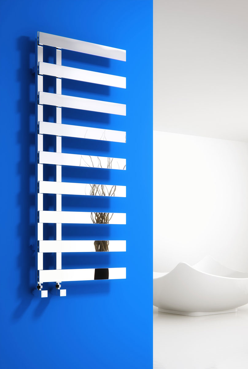 Designerski, minimalistyczny, dekoracyjny grzejnik ścienny Reina Florina o chromowanej powierzchni przypominającej lustro