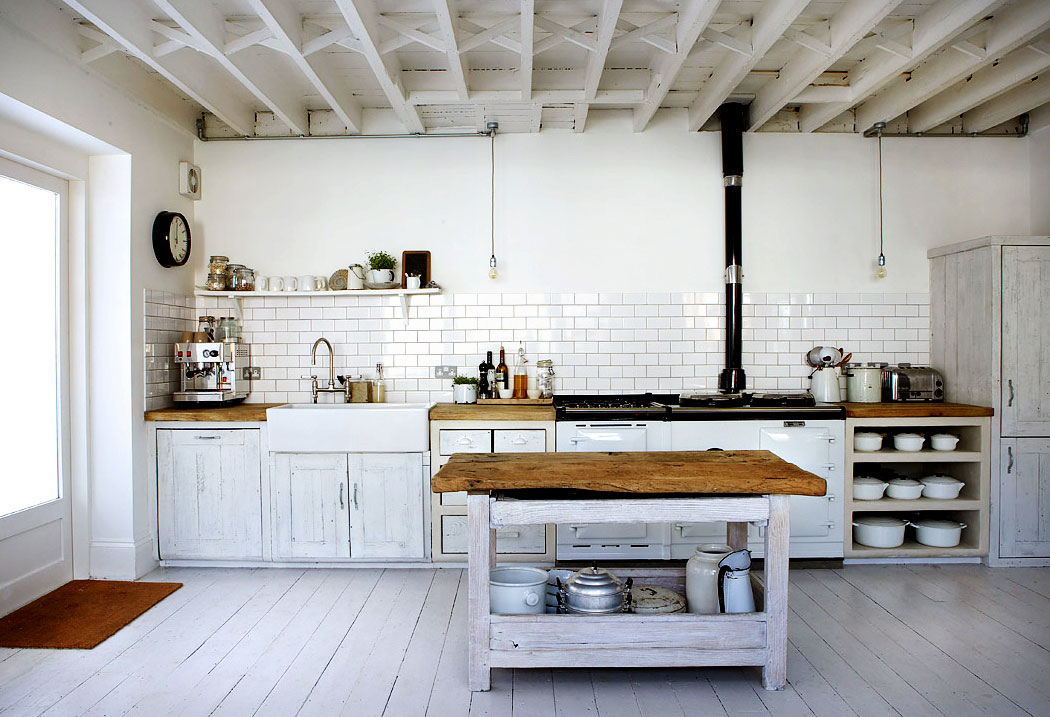 Duża, biała kuchnia w stylu rustkalnym, wiejskim z drewnianymi meblami
