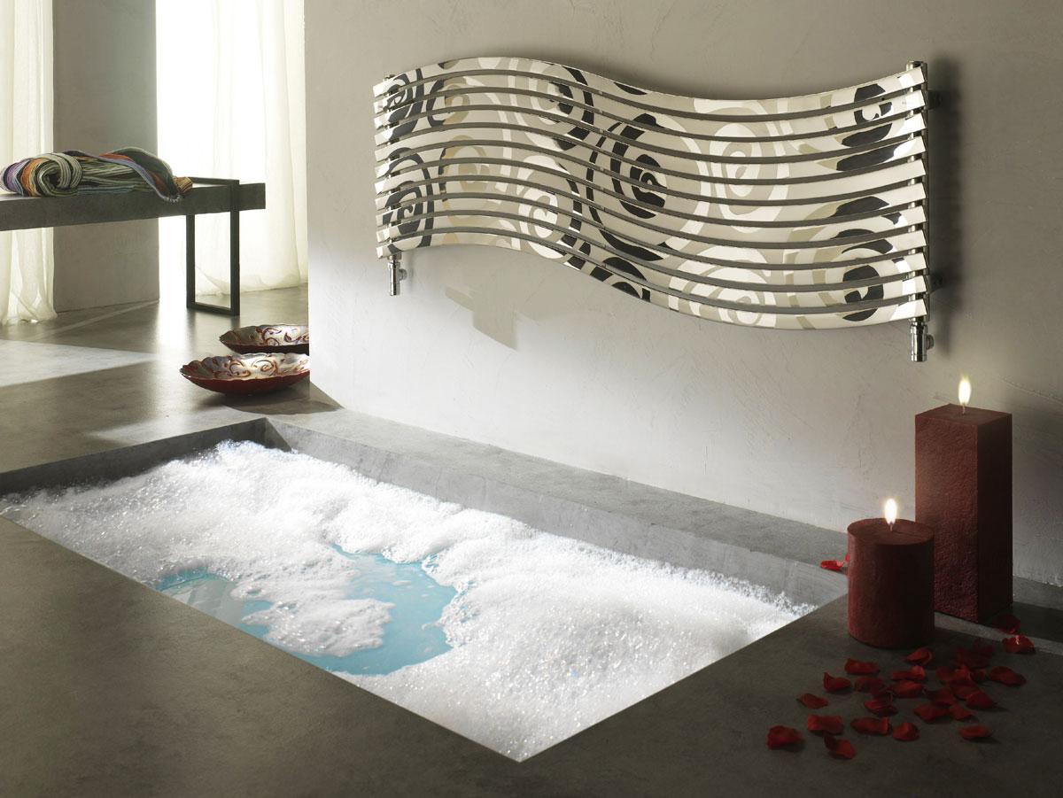 Duży ozdobny grzejnik łazienkowy z lustrzanej stali nierdzewnej zaprojektowany przez Mariano Moroni, producent Cordivari