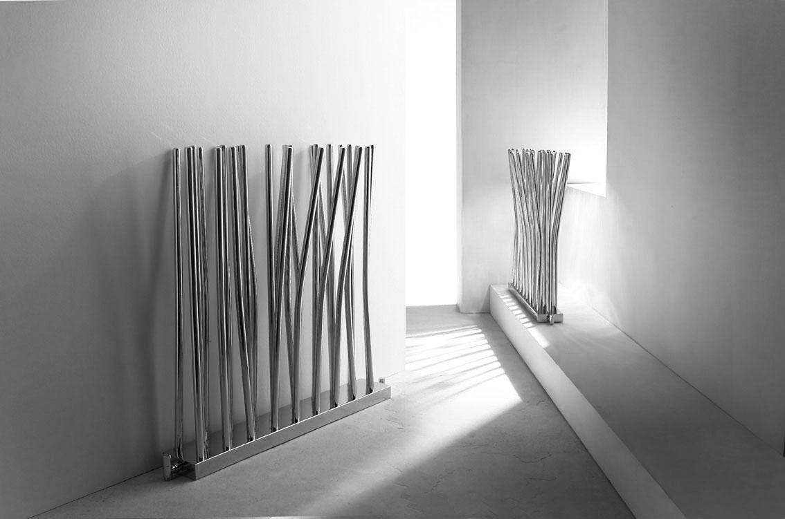 Innowacyjne, nietypowe, stojące grzejniki dekoracyjne Bambu. Estetyczny, chromowany model producenta Deltacalor, design zaprojektowany przez Studio Dell'Acqua Bellavitis.