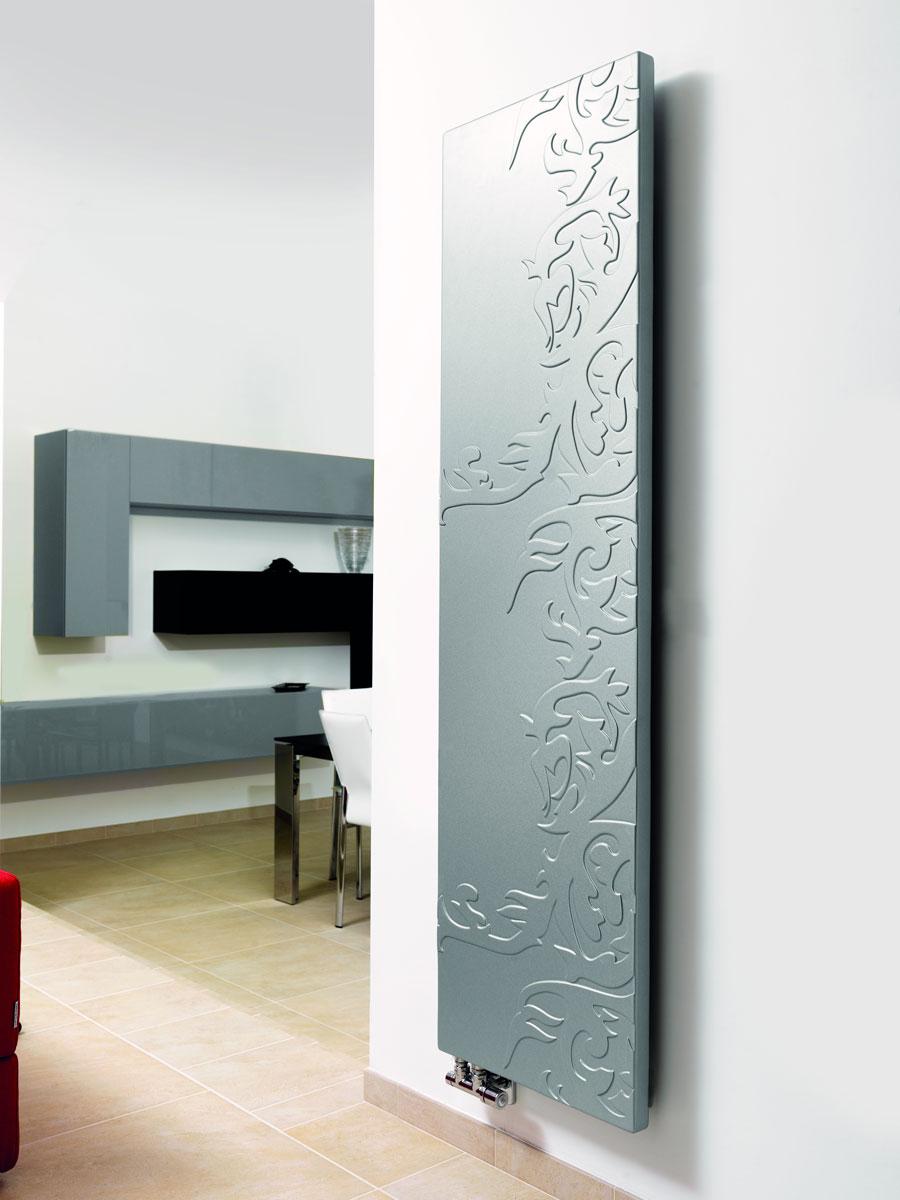 Włoski, pionowy, panelowy grzejnik ścienny ozdobny Atene producenta Brandoni, w srebrnym kolorze