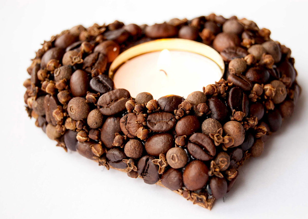 Ręcznie robione, nietypowe inspiracje na walentynkowy stół: ozdoba świeczki w kształcie serca wykonana z ziaren kawy, pieprzu i goździków