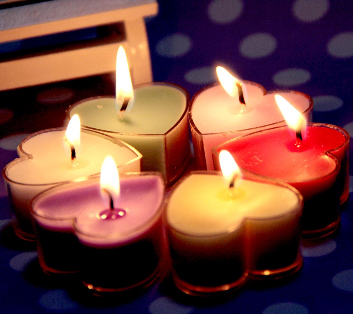 Świeczki w kształcie serc w 6 kolorach na romantyczną kolację walentynkową - pomysł na tani i łatwy do kupienia dodatek