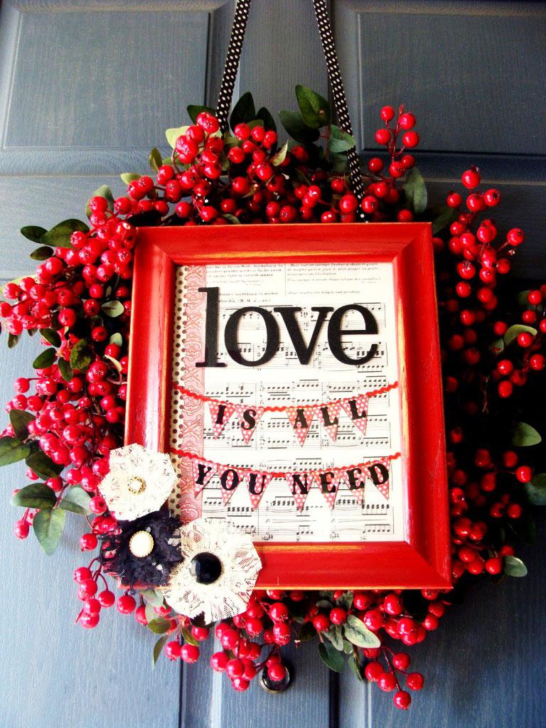 Możliwa do własnoręcznego wykonania wisząca ozdoba walentynkowa DIY: romantyczny napis w ramce, czerwona jarzębina i kwiaty z papierowych serwetek