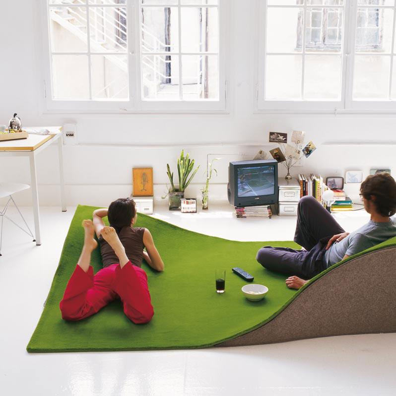 Dywan imitujący trawę, z profilowanymi podkładkami, kolekcja Flying Carpet hiszpańskiej firmy Nanimarquina